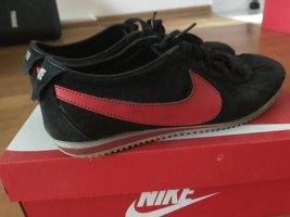 *Nike* sneakers in schwarz
