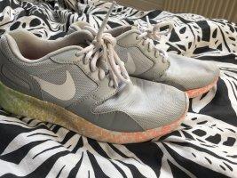 Nikes bunt