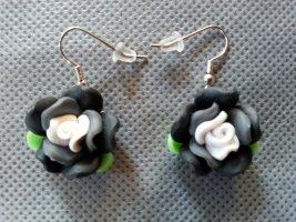 Ohrhänger mit Fimo- Röschen in schwarz weiß