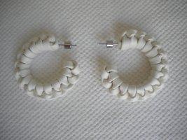 COS Zdobione kolczyki biały-srebrny Skóra