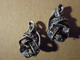Ohrringe mit funkelnden Steinchen