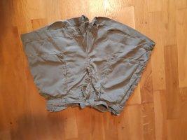 Olivefarbene Highwaist Shorts