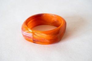 Oranger Armreifen