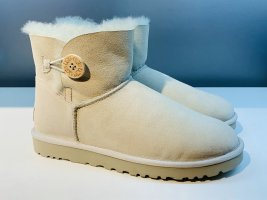 Org. UGG Mini Bailey Button in Creme Gr. 40 NEU