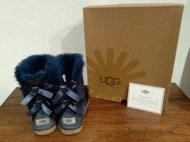 Original UGGS in dunkelblau mit Schleifen, Gr. 40 (US 9)