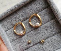 Kolczyk z perłą złoto-w kolorze białej wełny