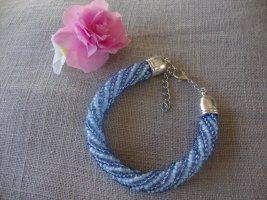 Perlenarmband in Blautönen