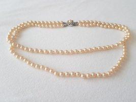 Perlenkette, doppelreihig, cremeweiß, 42 cm lang.