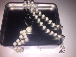 Collar de perlas blanco-negro