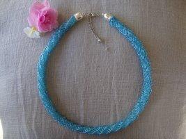 Perlenkette in Blautönen