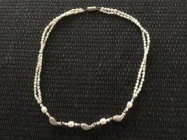Collier de perles blanc-argenté