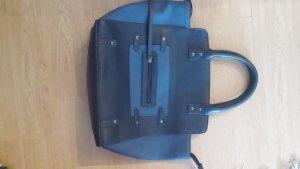 Pieces Tasche in blau mit Trageriemen.