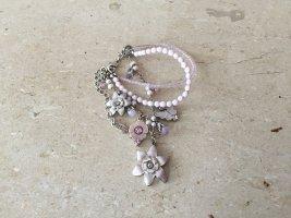 Pilgrim edles verspieltes silbernes Bettelarmband mit rosa Perlen, Blumen und Schmetterlingen, Armand mit süßen Charms