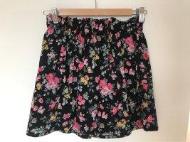 Plissierter kurzer Sommerrock mit Blumenmuster und Gummiband oben oder schick mit dunkler Strumpfhose kombinierbar