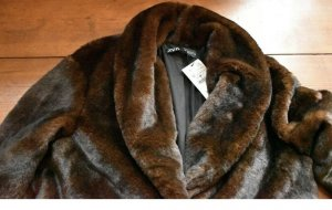 Zara Manteau en fausse fourrure brun foncé