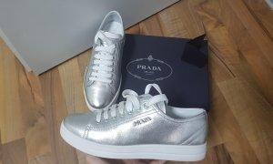 Prada Sneakers met veters zilver-wit Leer