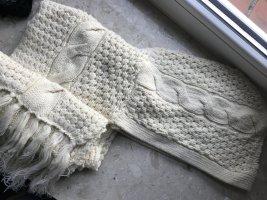 Praktischer Schal mit Kapuze zusammen