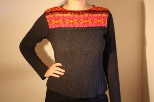 Pullover mit Strickmuster dunkelgrau orange rot | oui moments