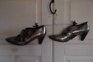 Pumps im Metallic-Silber-Look