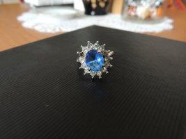 Ring aus Silber und wunderschönen blauen Stein