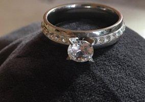 Zdobiony pierścionek srebrny-biały