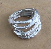 Bague incrustée de pierres gris clair