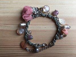 Romantisches Armband mit Blumen