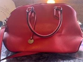 Rote Handtasche oder Umhängetasche