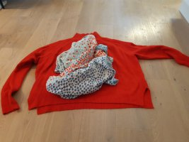 Roter Pullover & gepunktetes Tuch