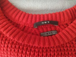 Roter Pullover oversized
