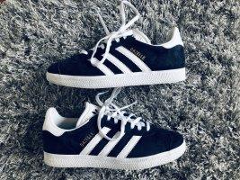 Samt-Sneakers von Adidas