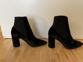 Samtene, schwarze Stiefletten mit elastischem Einsatz