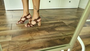 Sandalias de tacón de tiras marrón