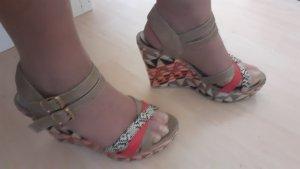 Sandalen mit Keilabsatz und Plateau