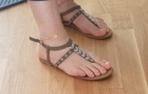 Sandalen von Oysho mit Blatt-Verzierung (39)