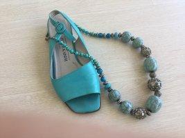 Sandaletten und Trendkette