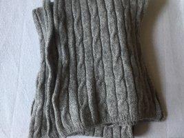Schal aus Strick in grau mit Zopfmuster