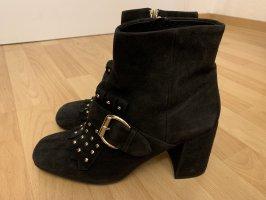 Schicke schwarze Stiefel mit goldenen Nieten