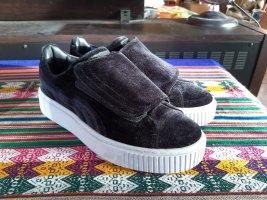 Schicke Sneakers aus schwarzem Samt mit Klettverschluss von Puma