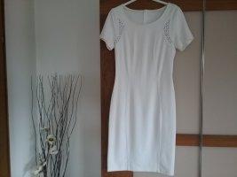 Schickes weisses figurbetontes Kleid mit silberner Applikation an den Schultern