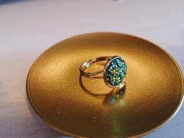 Bague incrustée de pierres doré-bleu