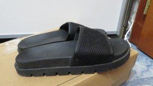 Schlapfen / Sandaletten / Adiletten von Bershka in Netzoptik