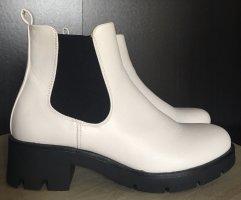 Schlüpf-Boots in weiß mit schwarzer grober Sohle