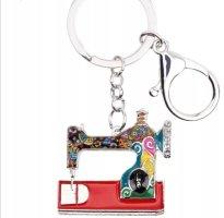 Schlüssel-/ Taschenanhänger emaillierte Nähmaschine Metall NEU in rot