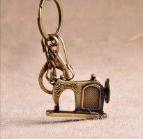 Schlüssel-/Taschenanhänger kleine Nähmaschine messingfarben NEU