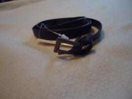schmaler Ledergürtel in dunkelbraun mit goldener Schnalle