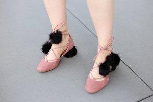 schnürballerinas mit Fellabsatz und Pompons