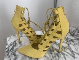 Tacones con cordones amarillo pálido