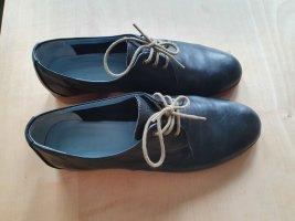 Schnürschuhe aus schwarzem Leder