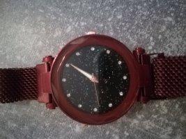 Schöne dunkelrote Armbanduhr
